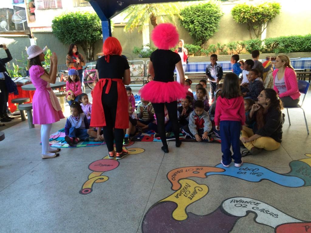 Mediadoras de leitura em contação de histórias com as crianças da Escola Municipal Chirlene Cristina. Crédito: Caio Zinet
