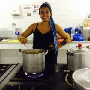 Estudante prepara estrogonofe vegetariano para alimentar jovens que ocupavam o  Colégio Estadual Prefeito Mendes de Moraes, na Ilha do Governador (RJ).