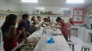 Jovens organizam oficina de botânica em escola de Fortaleza
