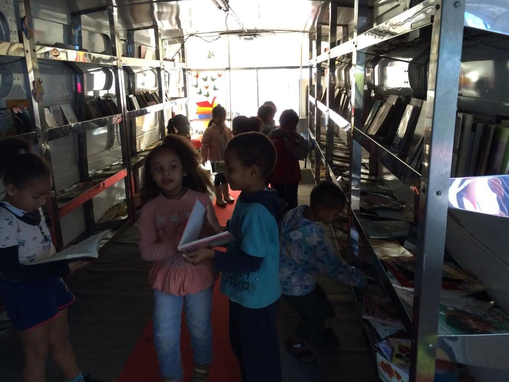 Crianças escolhem os livros que levarão para ler em casa. Crédito: Caio Zinet