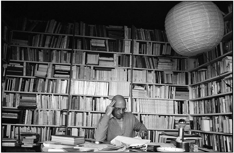 Michel Foucault foi um sociólogo francês, atuou como pesquisador, escritor e professor universitário.