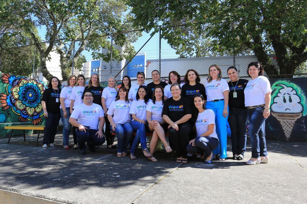 Parte dos técnicos diretamente ligados ao Projeto Equidade posam para fotos no pátio da Escola Municipal Omar Sabbag, no Cajuru. Crédito: Ivonaldo Alexandre/Gazeta do Povo