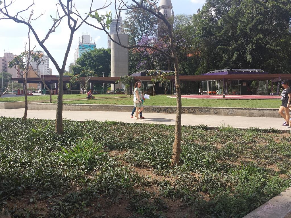 """Na prática pedagógica """"Ampliando os Sentidos na Cidade - Circuito de Aprendizagem"""", promovida pela Associação Cidade Escola Aprendiz, os participantes foram convidados a realizar um circuito investigativo sobre a diversidade da Praça Roosevelt. Créditos: divulgação"""