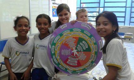 Estudantes apresentam mandala durante visita guiada de pais na escola.