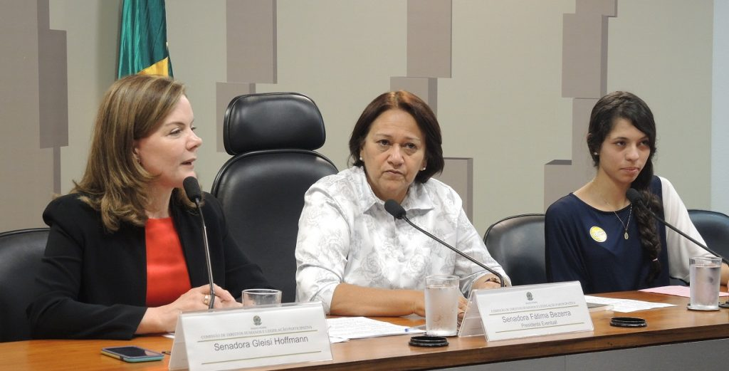 Gleisi Hoffmann, Fátima Bezerra e Ana Júlia Pires formam a primeira mesa da audiência no Senado.