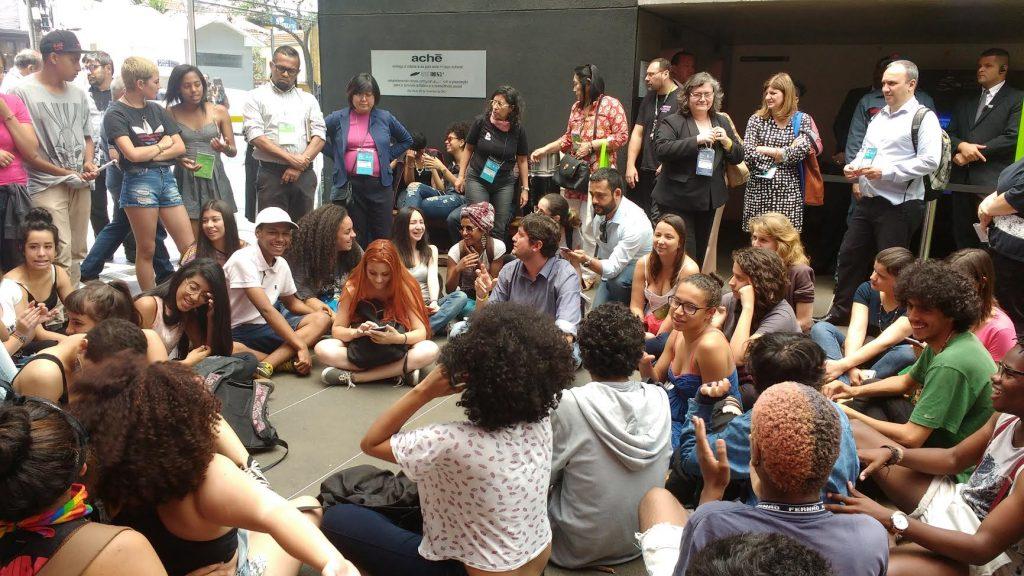 Secundaristas ocupam entrada do Thomie Othake em São Paulo.