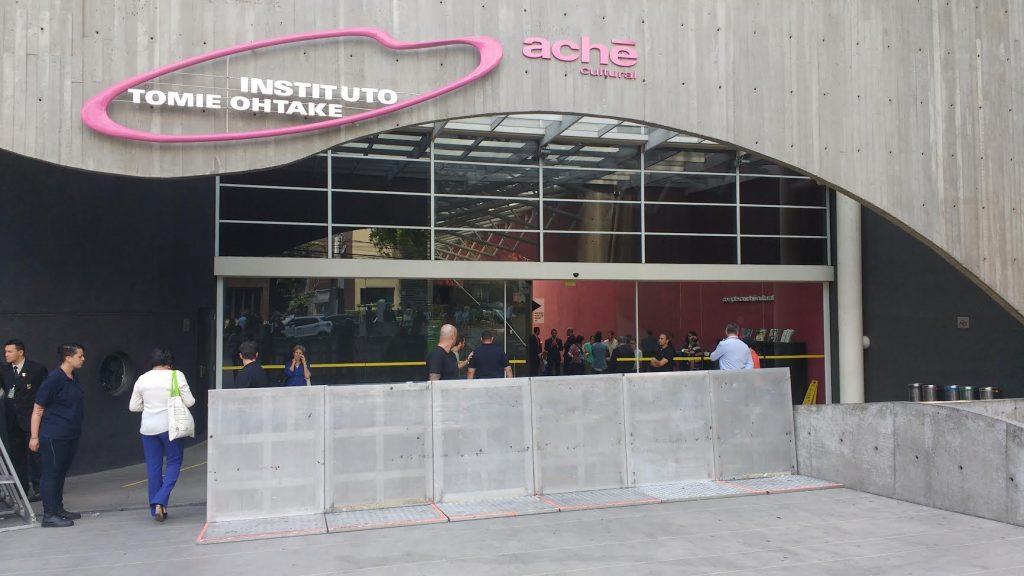 Administração predial do Tomie Ohtake impede acesso de estudantes com barricada.