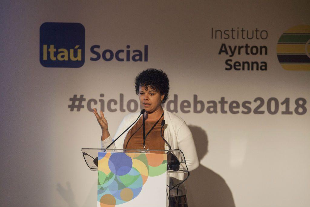 Jana Barros, palestrante, discursa