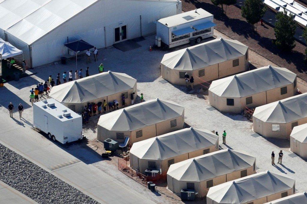 Abrigos de lona montados na fronteira entre méxico e estados unidos