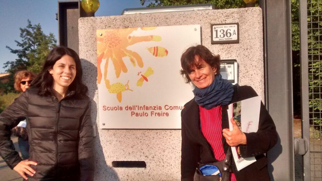 Renata Americano (à direita) em frente a uma das escolas de Reggio Emilia
