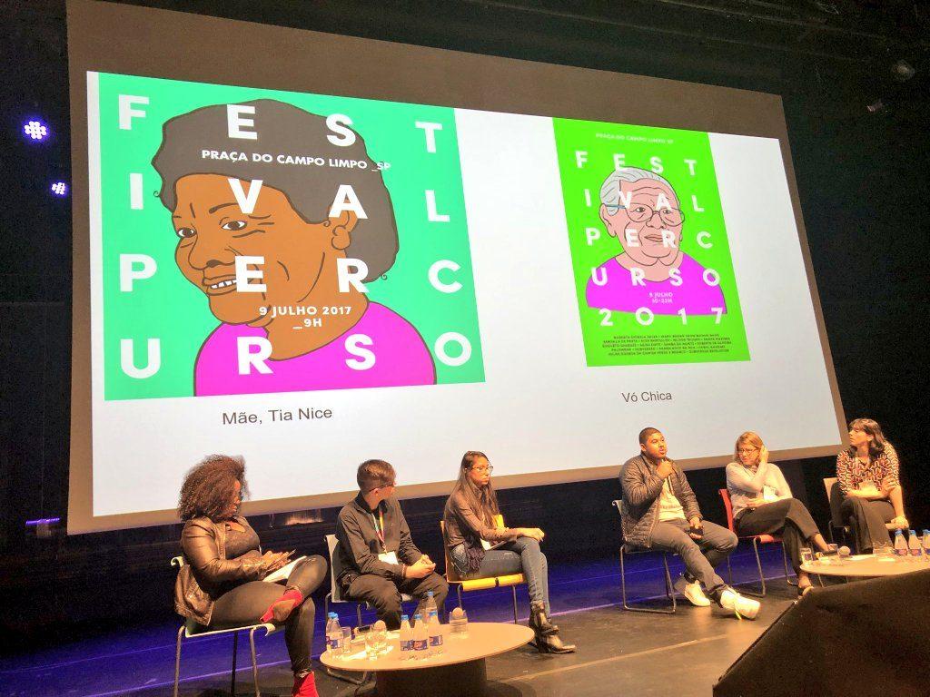 Thiago Vinicius mostra cartazes de divulgação de eventos da Agência Solano Trindade - juventudes