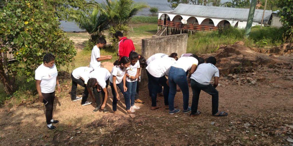 Em atividade da disciplina de Ciências, estudantes analisam os diferentes tipos de solo no quintal da escola