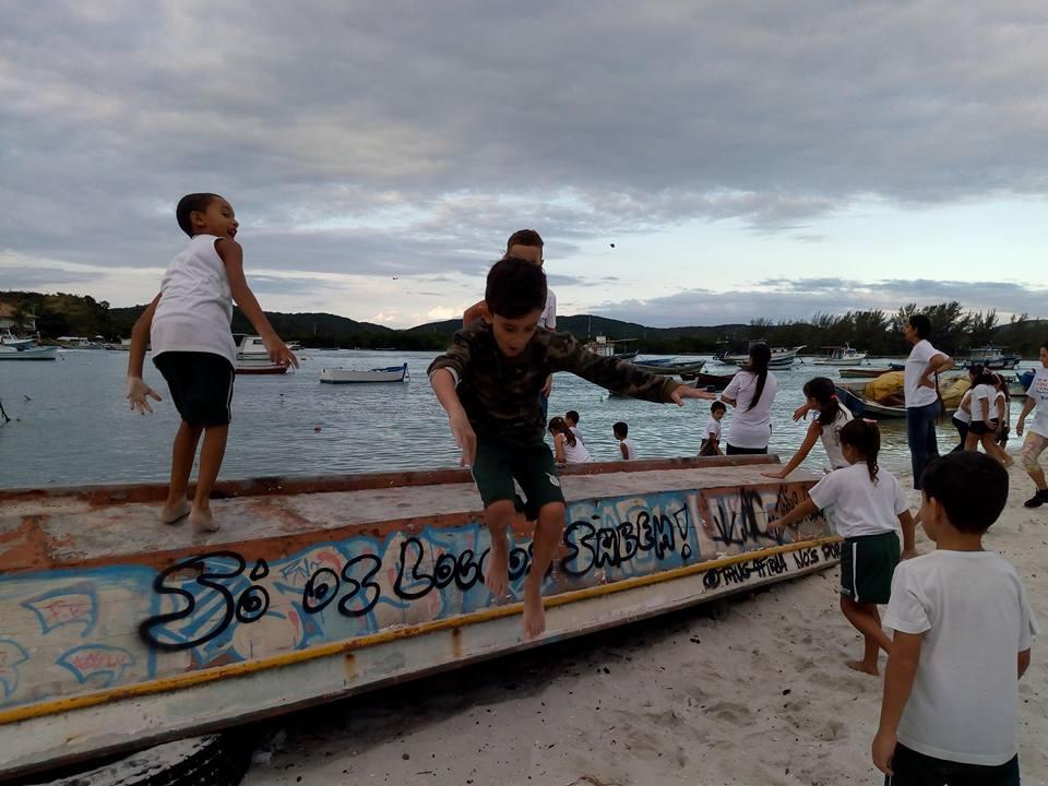 Crianças brincam na praia