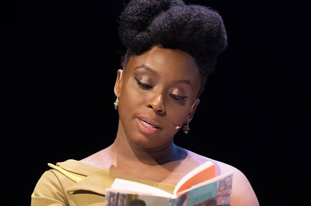 A autora Chimamanda Adichie