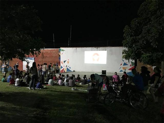 A praça revitalizada da comunidade de aprendizagem agora serve de cinema e teatro