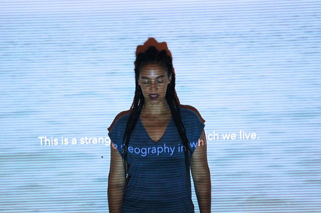 Performance da artista Grada Kilomba