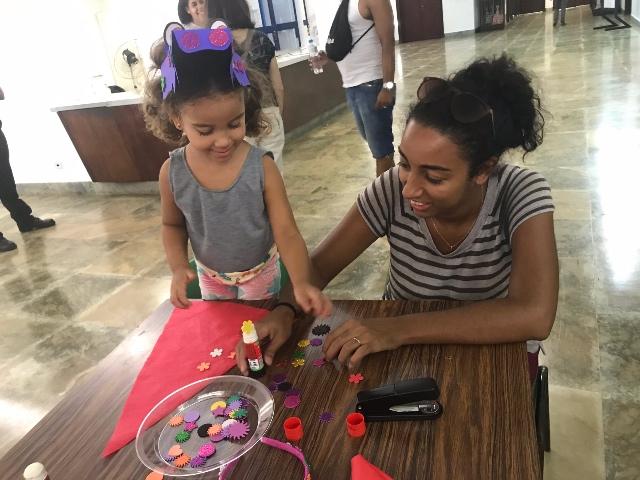 Julia e Kelli preparam a fantasia de Carnaval para o bloco Emílias e Viscondes