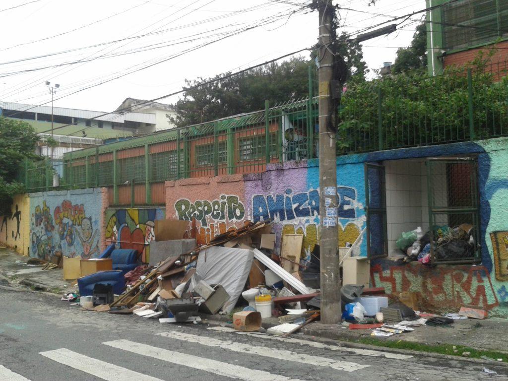 A fachada da EMEF Sebastião Francisco, o Negro era ponto de acúmulo de lixo em seu bairro