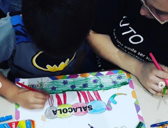 Criança desenha a representação da nova palavra inventada