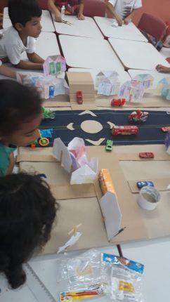Crianças criam maquete de rodovia da cidade para estudá-la