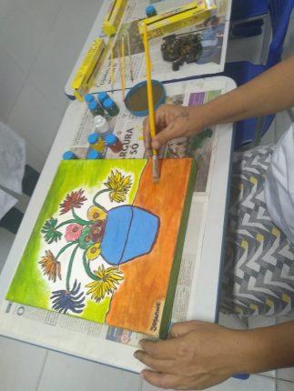Estudante faz releitura de uma obra de arte