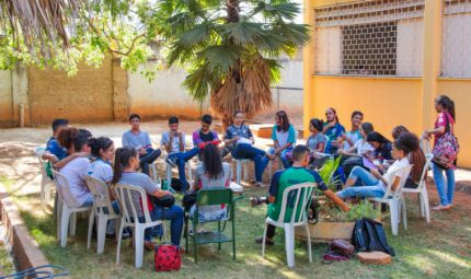 Alunos do Centro de Ensino em Período Integral Professor Pedro Gomes participam de roda de conversa