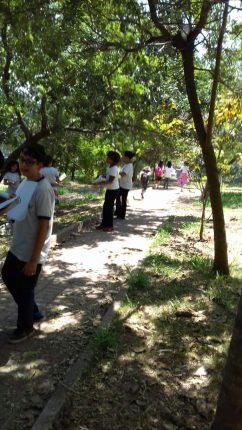 As crianças em aula na praça atrás da escola, após sua revitalização
