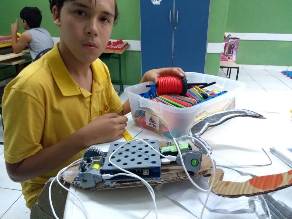 Professor promove inclusão ensinando robótica para crianças com deficiência